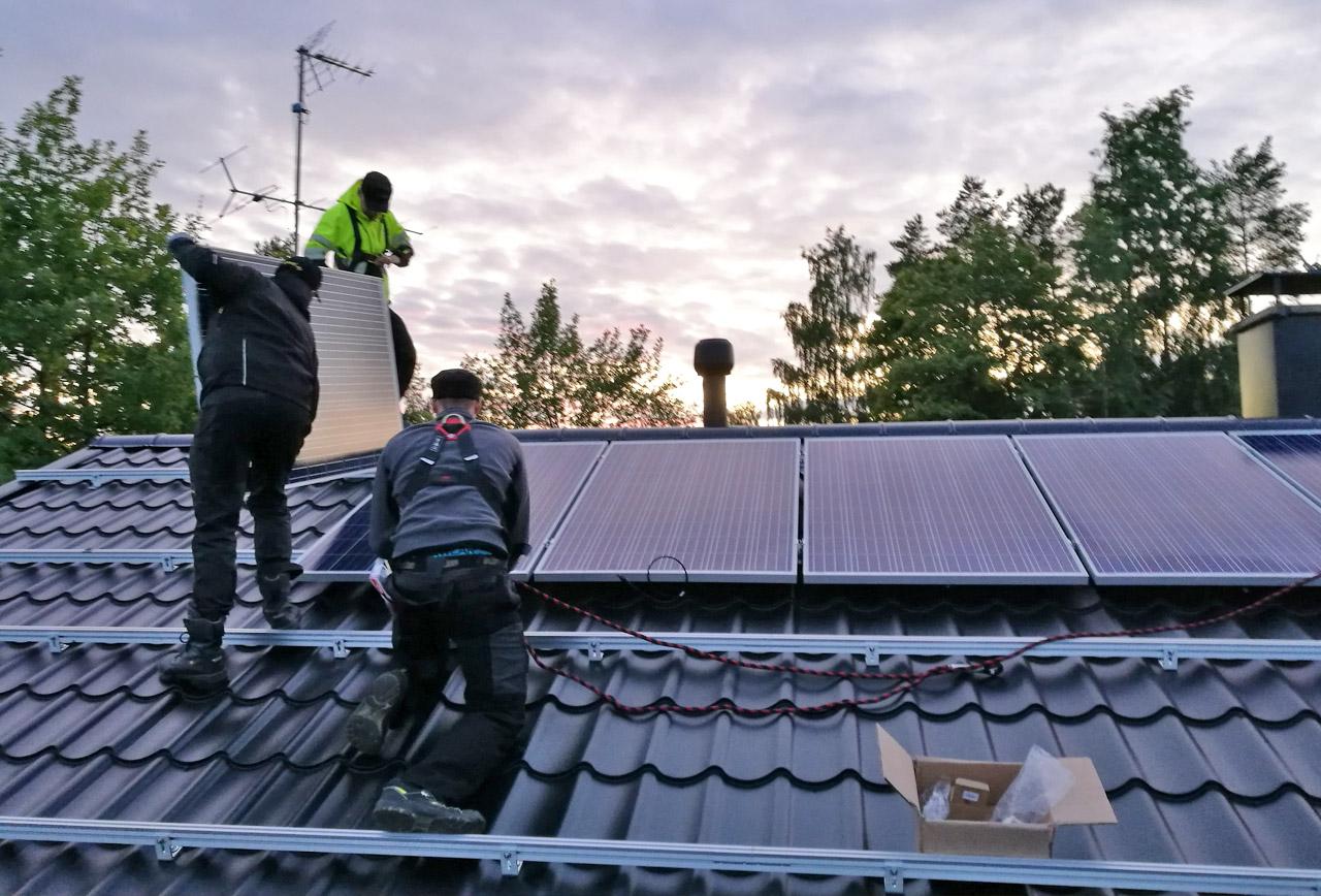 aurinkopaneeleiden asennus